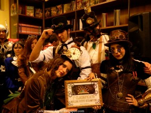Laura riceve i premi come miglior outfit steampunk dalla delegazione di Steampunk Italia