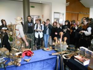 curiosi allo stand di Steampunk Italia